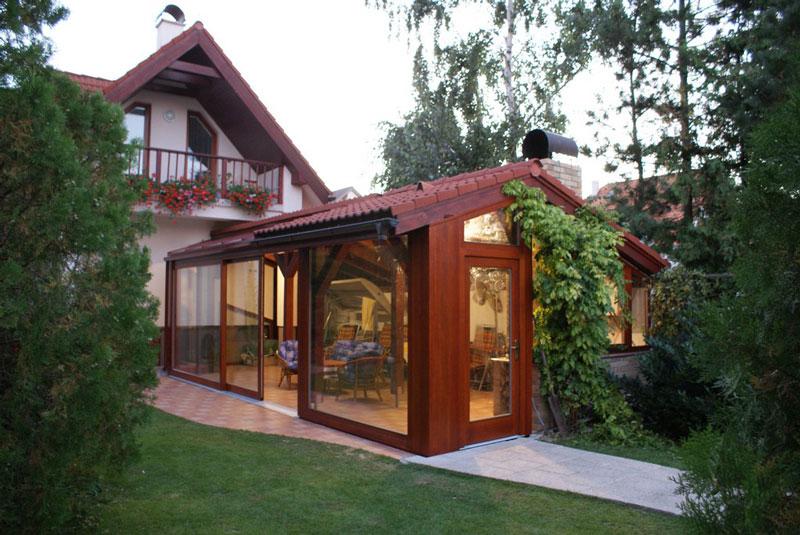 деревянный зимний сад, пристроенный к дому