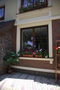 фото деревянного окна с цветами