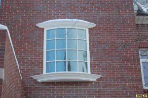 белое гунтое деревянное окно