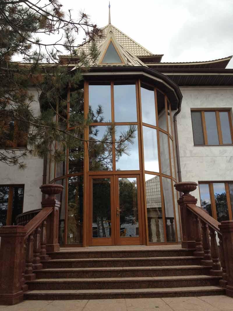 вход в дом, фасад из древянных конструкций