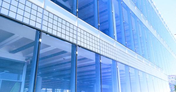 Стеклянные панели окна